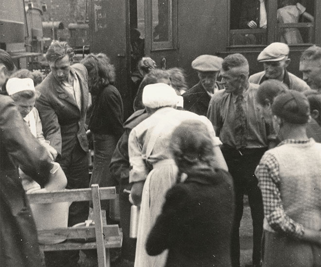 Displaced persons from the former German eastern territories at the railway station in Dillenburg